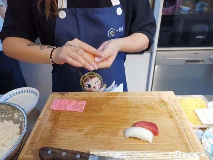 本掌柜的手握方式,可能与日本传统的姿势,有些不同,我做出来的手握,看上去更小巧一些,并且成拱形,而传统的日料大厨,做出来的,基本上都扁平形状的偏多,这个本掌门认为,在不影响口感的前提下,不需要纠结太多。