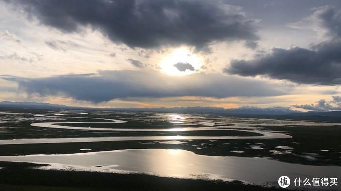 """巴音布鲁克草原:我国第二大草原,也是世界自然遗产。一望无际的草原被天山雪峰环抱,美丽的开都河及其支流,像一条条银色的飘带散落在草甸之上,形成了一大片湿地沼泽。而""""巴音布鲁克"""" 蒙古语意为丰泉——""""丰富的泉水"""",草原地势平坦,水草丰盛,是典型的禾草草甸草原,也是新疆最重要的畜牧业基地之一。这里有有天鹅湖,还有""""九曲十八弯""""开都河。"""