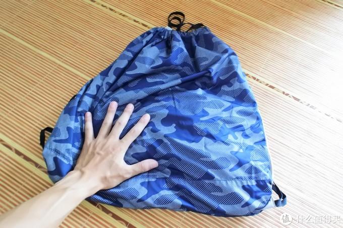 这包还不小,临时装点东西还可以