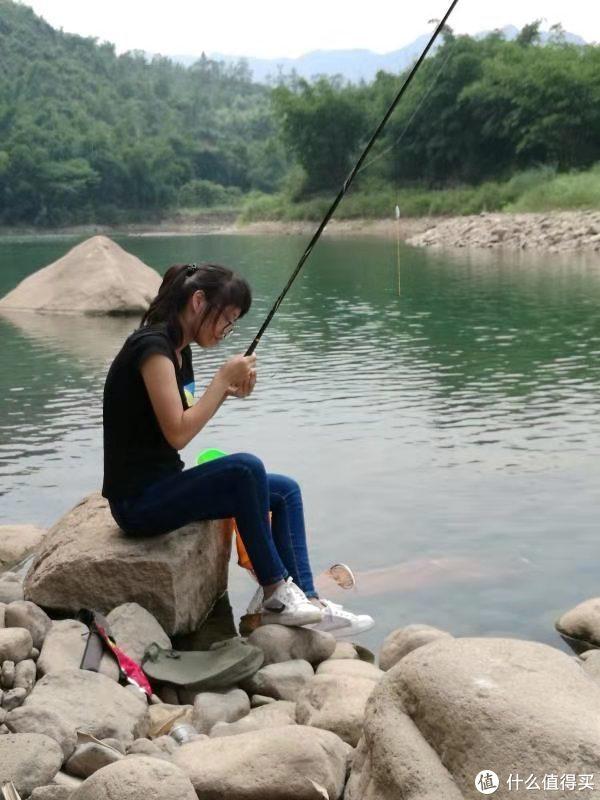 媳妇镇楼,入坑的时候就带她一起,经常让她也钓钓鱼,这样才能放飞自我