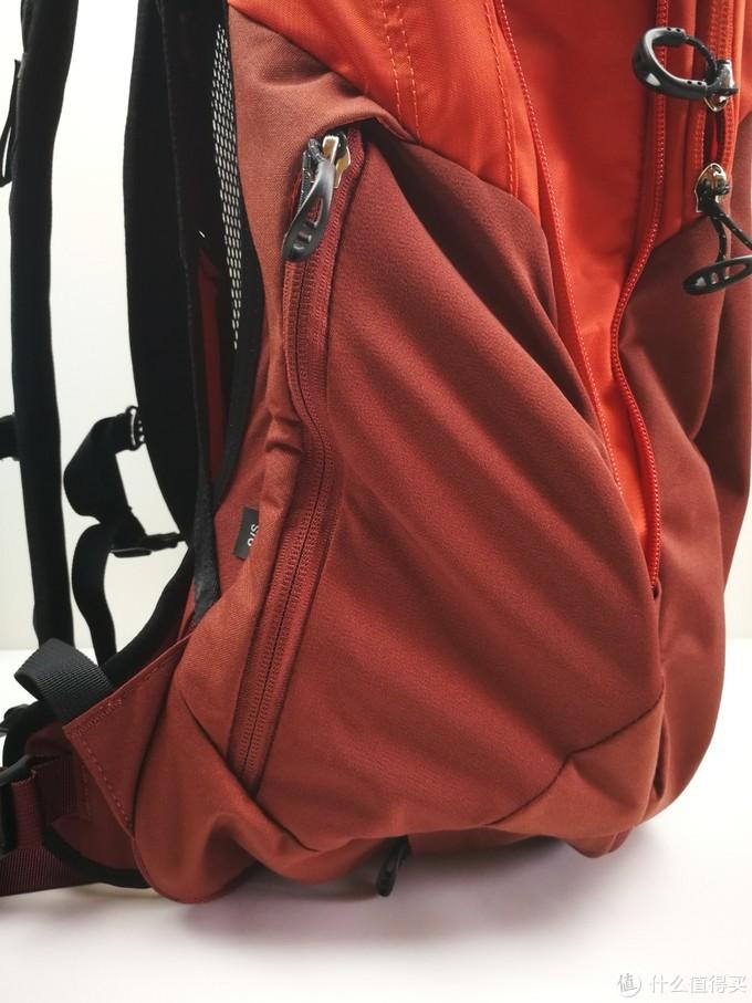 侧边拉链袋子。可以放一些小物件,有拉链设计预防掉落。例如出门的小零食等。可以当做户外背包的腰带包使用。