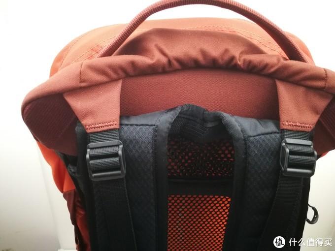 重心调节绳,有效的控制住背包的重心尽量贴住后背,使得背包更加稳定。