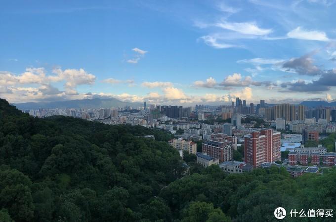(福道观城区 白日(19/08/04 08:43)—直出原片 f/1.8 自动模式 曝光时间1/1548)
