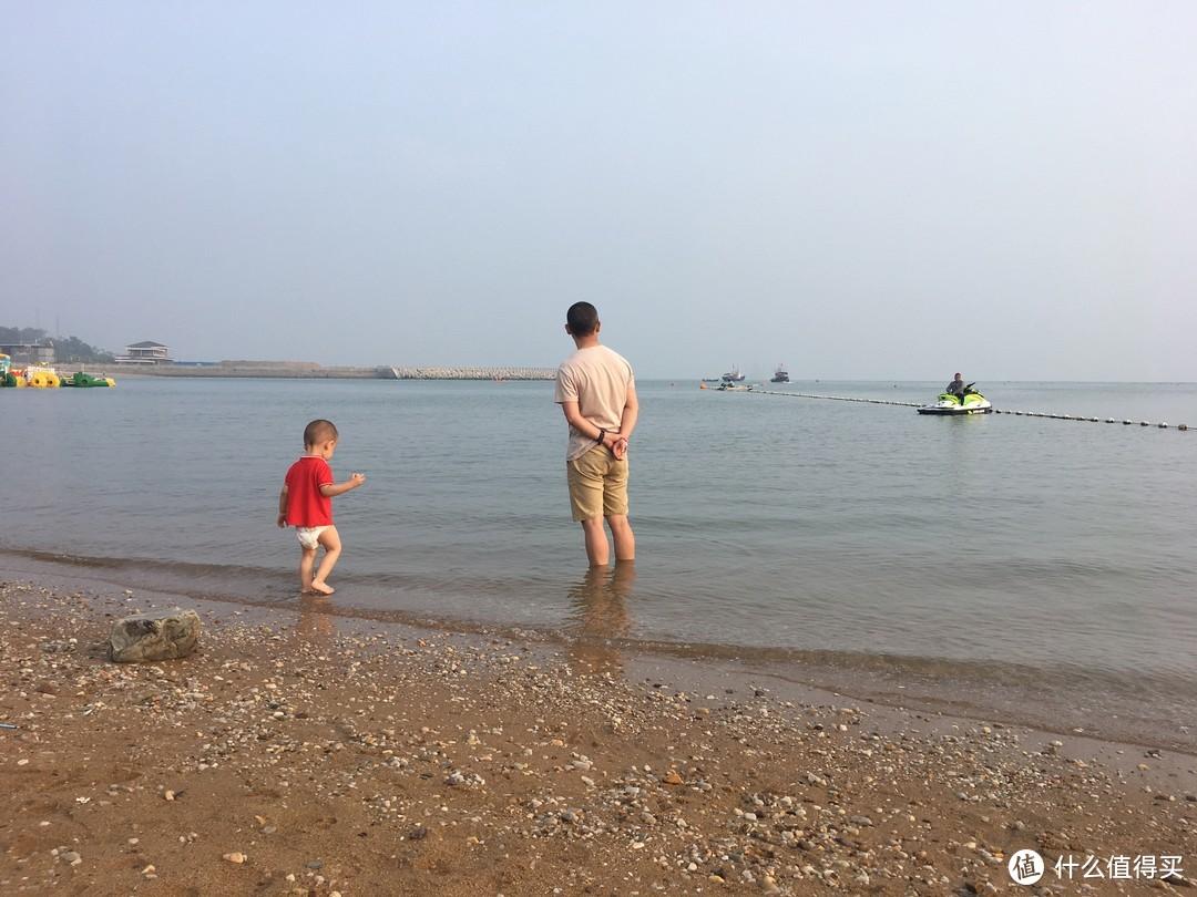 海滩上真的很扎脚。远处有快艇和摩托艇可以乘坐
