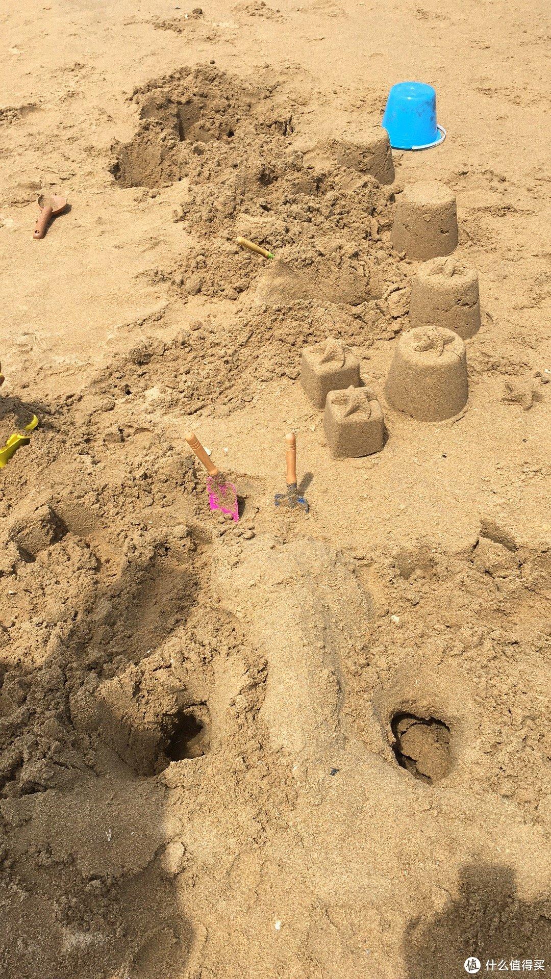 沙子又细又软,黏性很强,太适合垒城堡了。带娃玩沙子的不二之选。