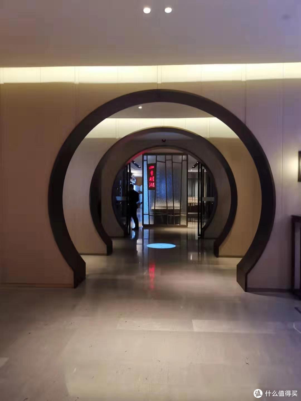 酒店大堂。层层拱门深几许?