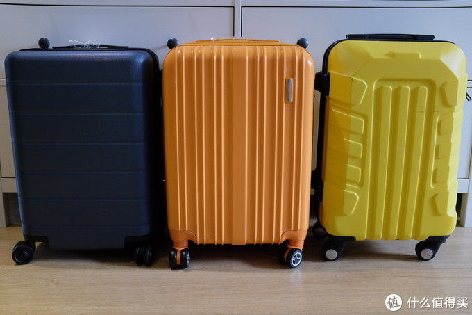 左:小米蓝色。中:美旅橘色。右:OSDY战损黄色,这个黄箱是ABS材质的。