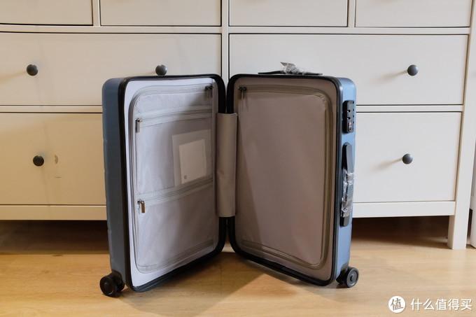 小米采用双侧拉索隔断。有两个网眼储物袋,无中缝小件储物袋。