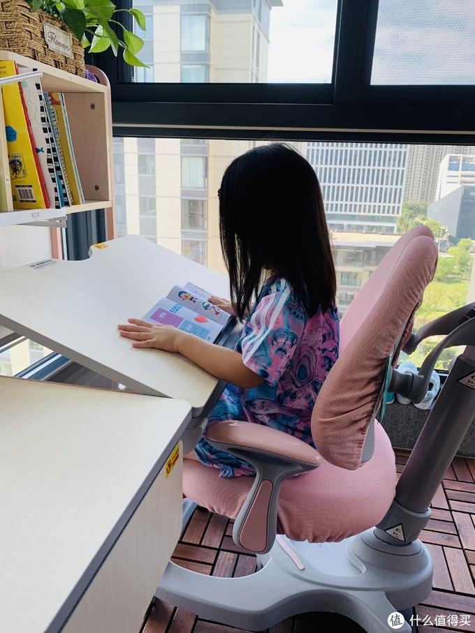拒绝单调,给宝贝的学习生活添点颜色加点料——黑白调2.0人体工学桌椅套装