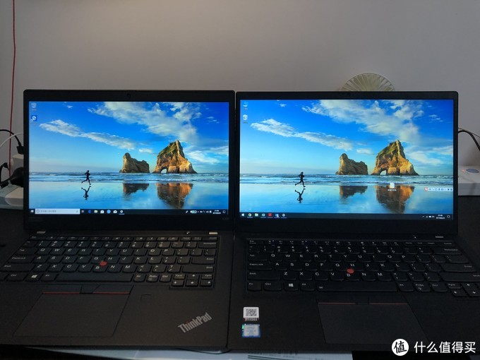 两台电脑放在一起对比,395的边框要宽一些,屏幕亮度要显得暗一些