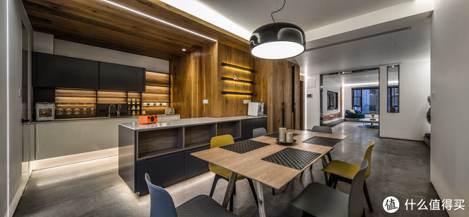 餐厅的餐桌和西厨岛台