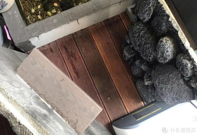 计算好高度后把木条粘在背景板后侧,木条直接摞在过滤器的盖子上就OK了