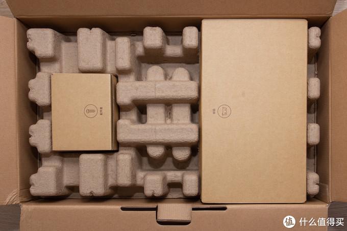 下面是由蛋壳纸承托的零件包