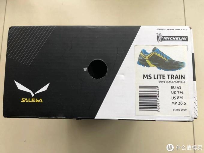 鞋盒侧面标注了它的型号和尺码