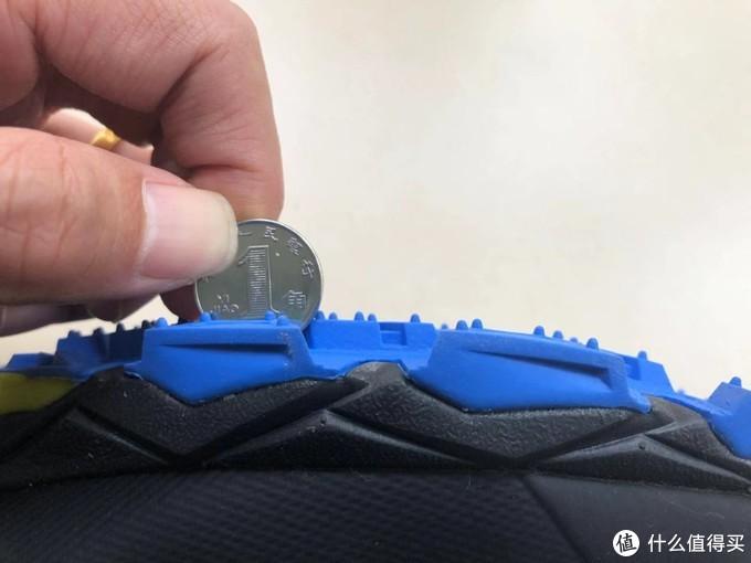 用1元硬币做参照物给大家看一下鞋底大齿的深度,跑步过程中的排泥功能不用担心。