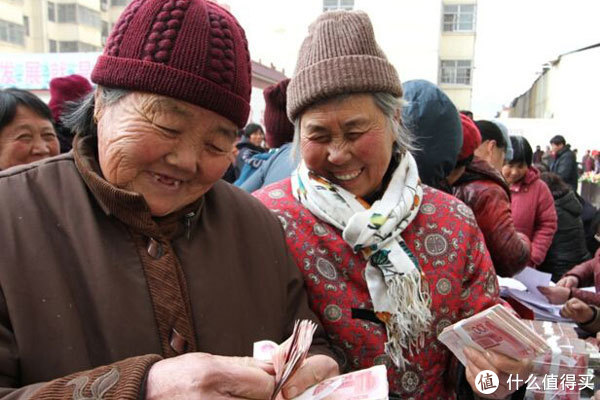 农村老人养老金涨到400怎么了?为什么提议刚说出来,就有人反对?