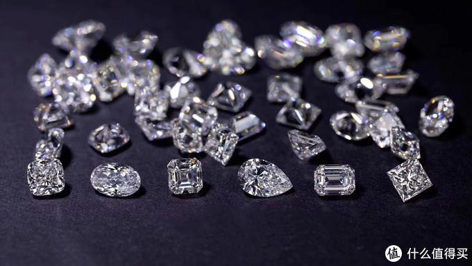 钻石的不同琢型,垫形、椭圆、阿斯切、水滴、祖母绿,公主方(从左至右)