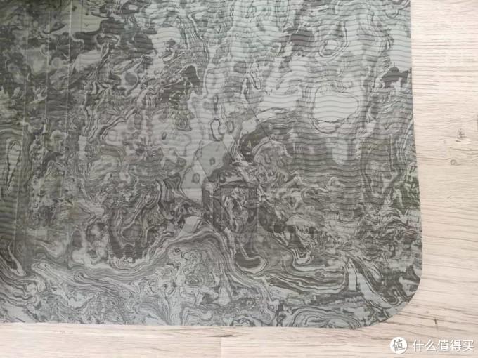 这张看着更灰咋肥四...垫子是波浪纹路,有阿达暗纹,还有三道杠的中线