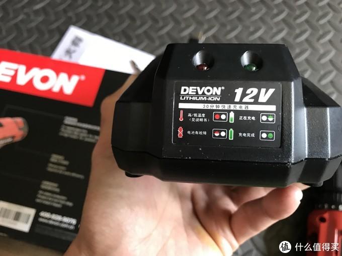 充电器上说明很详细,各种充电情况都给图形表达了,充电的时候需要稍微把电池按到底才能充电成功。