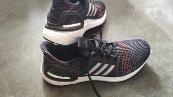 阿迪达斯ultra boost19休闲运动鞋外观展示(后跟|大底|鞋垫)
