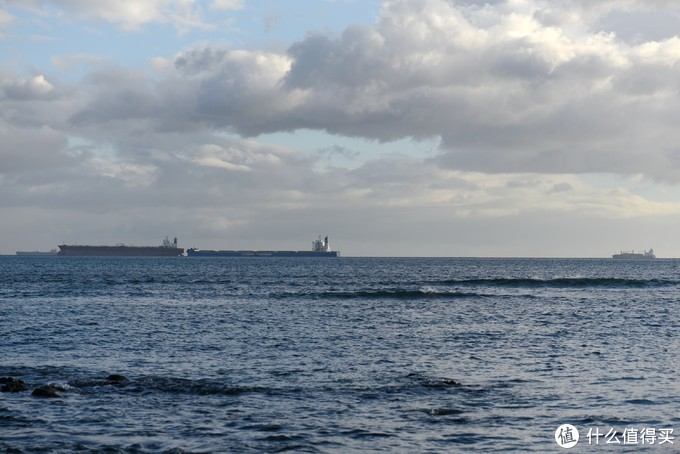 远处有不少货轮,这里应该也是重要的海上通行区域