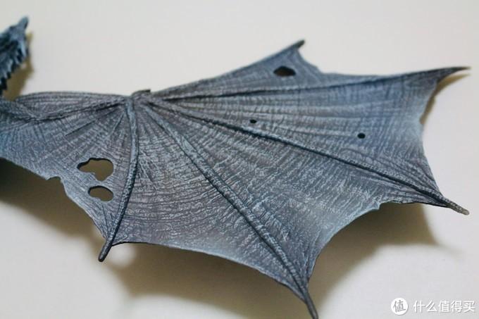 翅膀上的破洞自然是作为厉鬼的体征