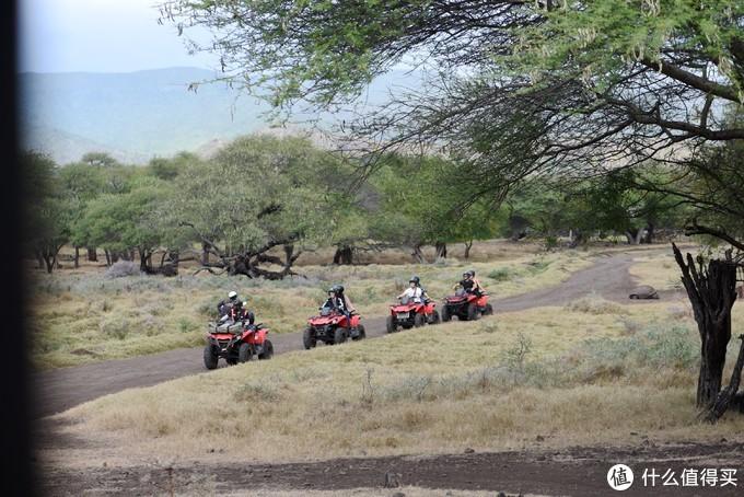 其他游客骑着越野车畅游草原