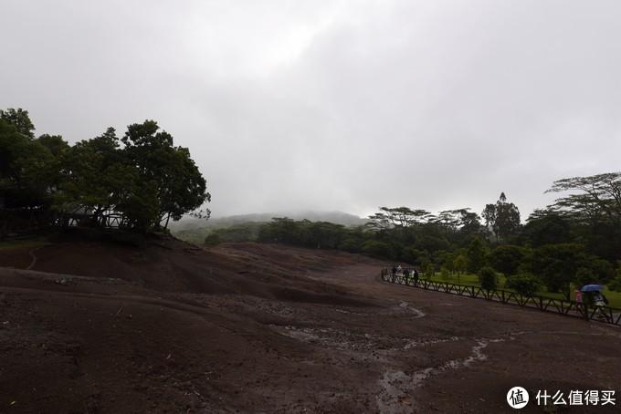到了七色土,这个略有点让人失望了,由于当天下雨,整个土壤都是湿的,再加上天气的原因,几乎看不出任何颜色的区别,实在是有些遗憾。