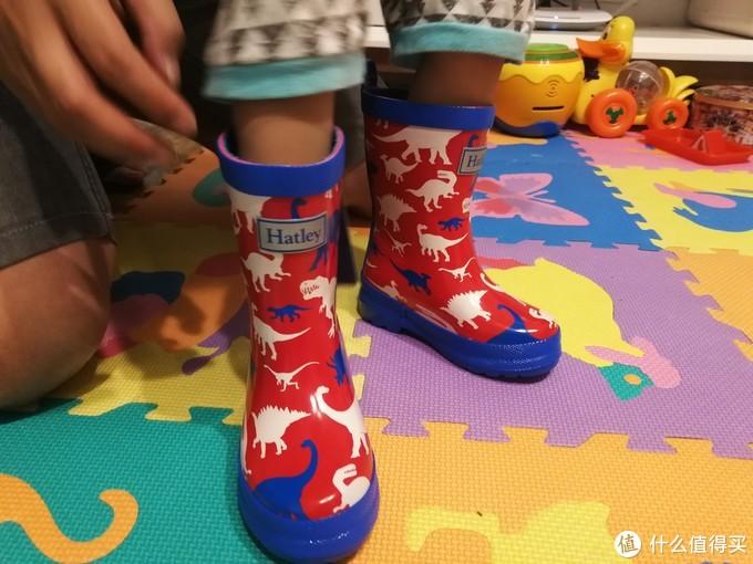 穿上Hatley A13-RB0DINO100 儿童雨鞋,一起来踩雨吧