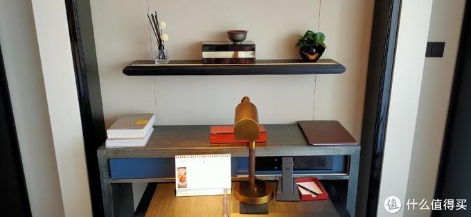 书桌——左边两本是真书