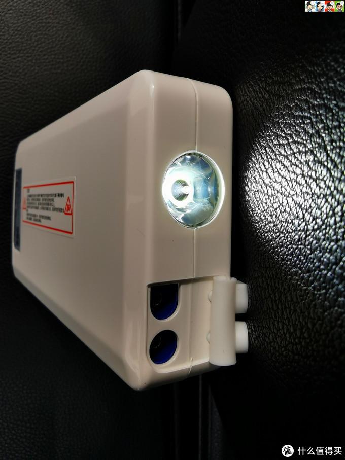 掀开电筒旁边的软胶保护盖,里面是12V汽车启动端口,