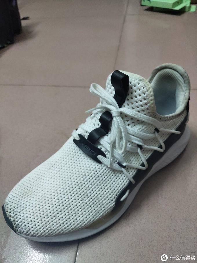 我不穿黑色鞋啦,换一双白色鞋试试,李宁行云一体织透气跑鞋AGLN207