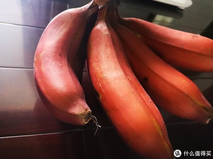 包邮区小伙儿第一次吃到红皮香蕉