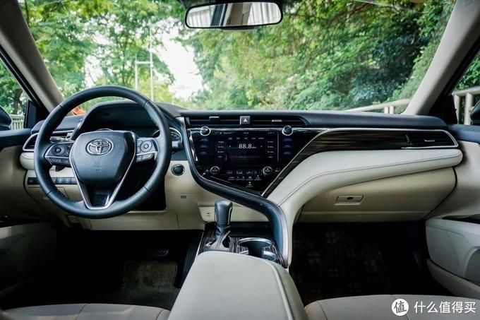 2019款八代凯美瑞混动全系标配的HUD抬头显示支持显示导航,极具科技感