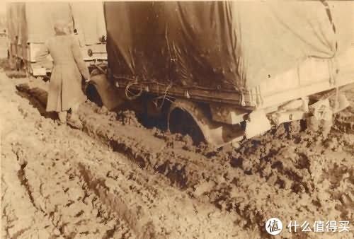 一辆陷入泥中的欧宝闪电