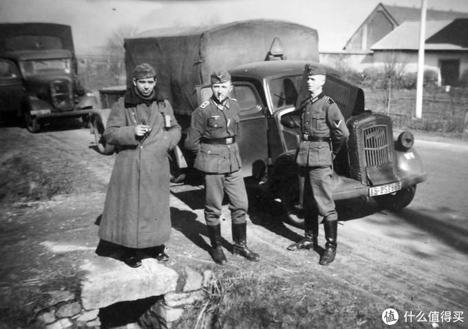 德军士兵与卡车合影,前车为欧宝闪电2.5吨卡车。此车同样为军方征用的民用卡车