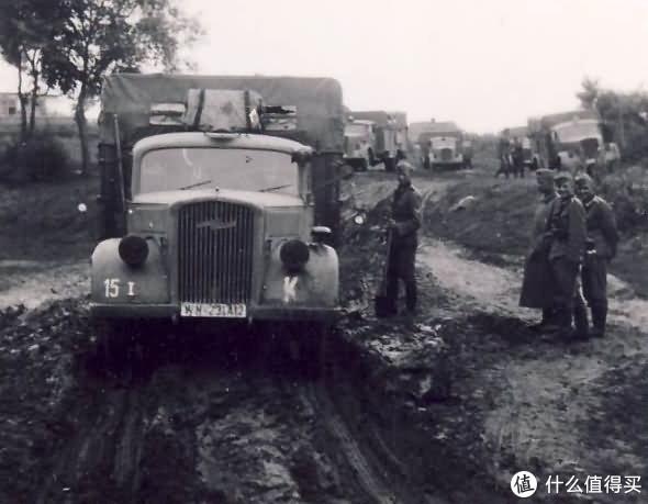 隶属克莱斯特装甲集群的一辆欧宝闪电卡车正在通过泥泞地带