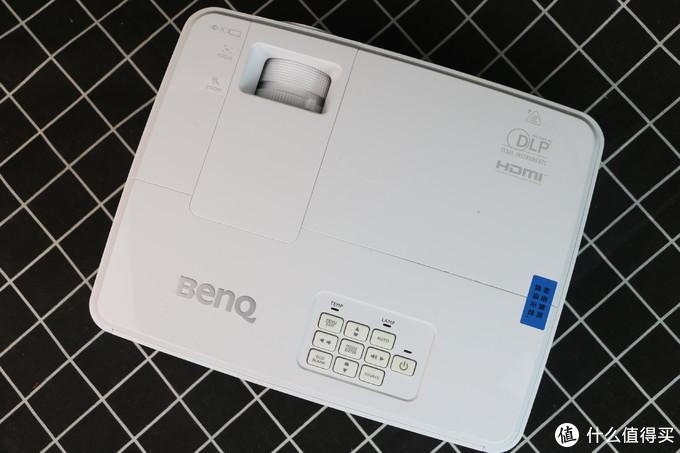 对于办公投影仪来说,投影仪流明高到底有多重要?BenQ明基E500投影仪