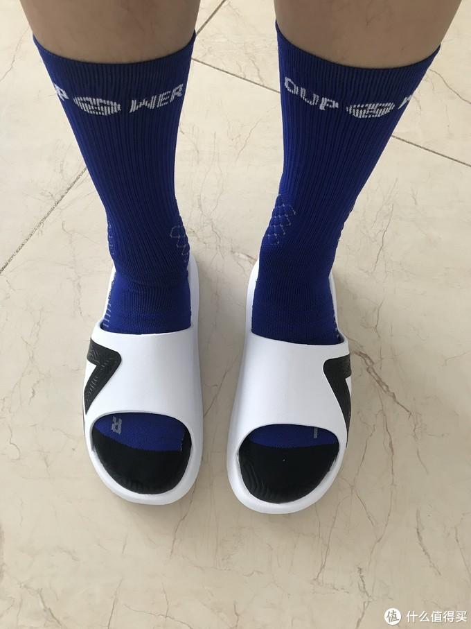 为了不影响大家的心情,我穿上袜子给大家看