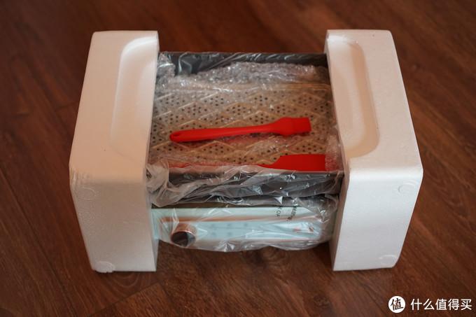 虽然是一起买的,但是我的套装和额外的盘是分开发货的,套装现在购买会增收硅胶刷和硅胶铲,不沾涂层不可以用铁制厨具和清洗工具处理