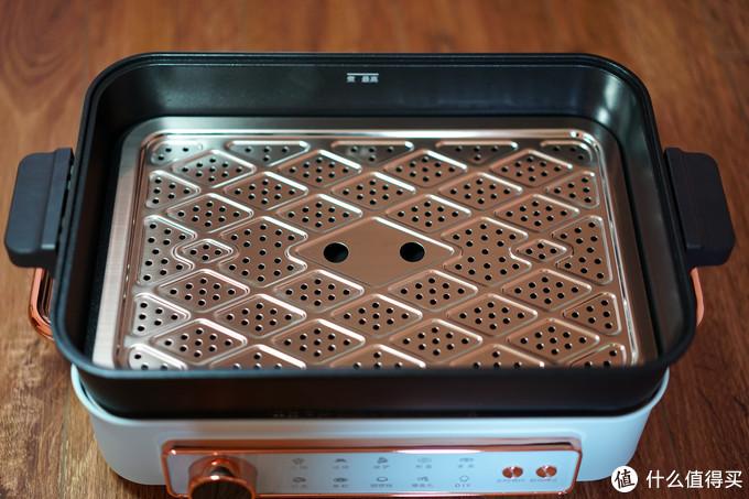 蒸煮配件可以卡在深盘的变径处,设计巧妙,上部给被煮的食物留出足够空间