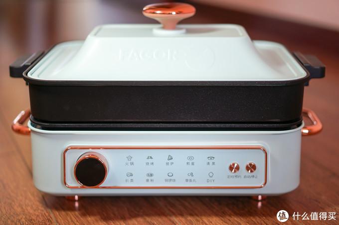 深煮锅和多功能锅搭配时比例还算和谐,但个人觉得配色不太协调,白色版本深煮锅应该更搭配,黑色的适高饱和的配色多功能锅本体