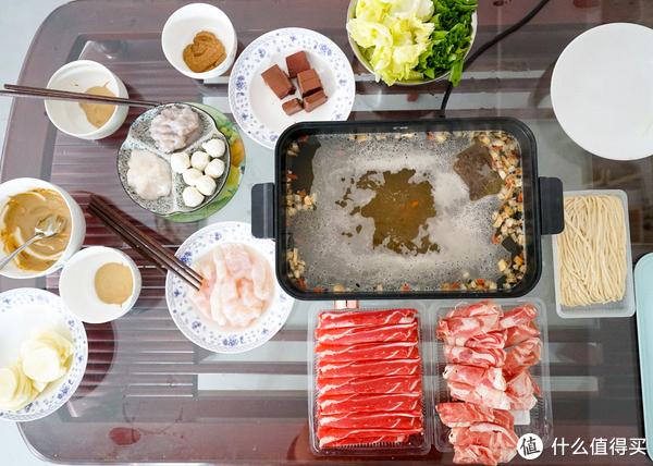 准备了虾滑、鱼滑、鱼丸、牛羊肉片、血豆腐、蔬菜、土豆片和手擀面,来张俯视图,方形的锅拍起比电磁炉美貌很多