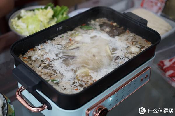 火锅的容量一定要够大,装的水越多,储热能力越强,也就能让食材更快的被煮熟。法格的深盘很深,符合我的需求