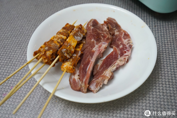 羊肉串是成品,法式羊排需要提前腌制半天,我就说用料酒、盐、黑胡椒和姜腌制的,这样会比较入味