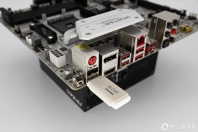 把官网下载好的BIOS存入空的U盘,按教程设定好,接入主板电源后按上面U盘位置左边的黑色按钮就行