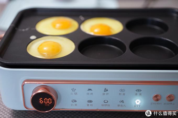 选6圆盘的3个放入2汤勺面糊,我没有放油,早点无油比较健康。面糊占到总深的一半差不多,中火加热3分钟后打上一个鸡蛋
