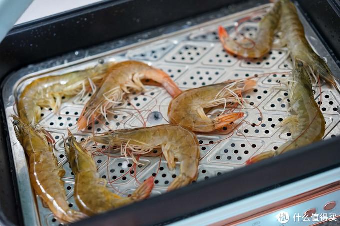 虾是刚买回来的活虾,锅的容积还是很大的,感觉一次性蒸1斤半虾或者6、7个螃蟹不成问题,虾扔进锅里噼里啪啦了几下……阿弥陀佛,还是新鲜的虾好吃啊!