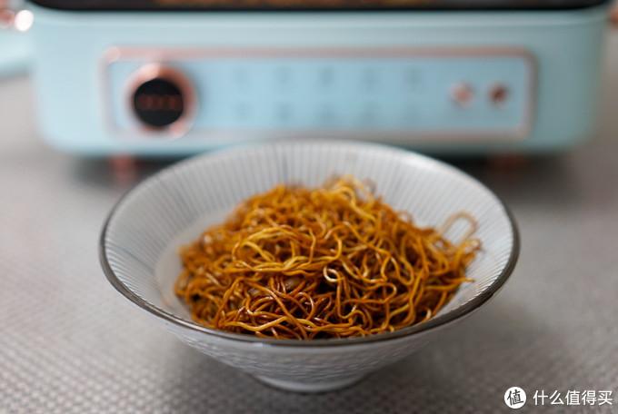 一碗方便的豉油肉丝炒面出锅,家中没有豆芽,不然更加正宗~