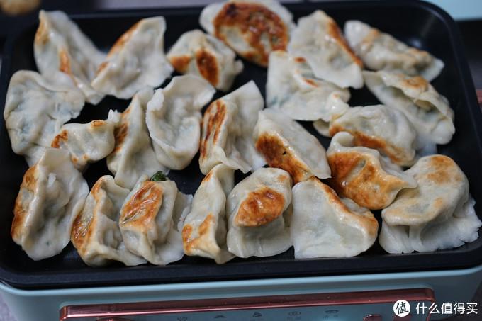 平底盘煎饺子也是不错的选择,吃的时候也可以保证饺子一直热乎乎的